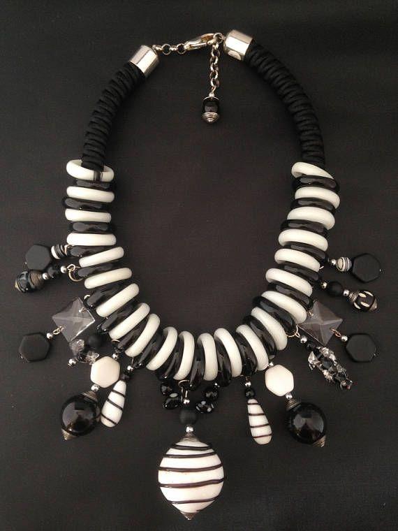 collier plastron en Murano et passementerie pièce unique anneaux en verre et grosse perle de Murano perles de verre pampilles en verre fermoir mousqueton longueur totale du collier 43 cm poids 215 gr