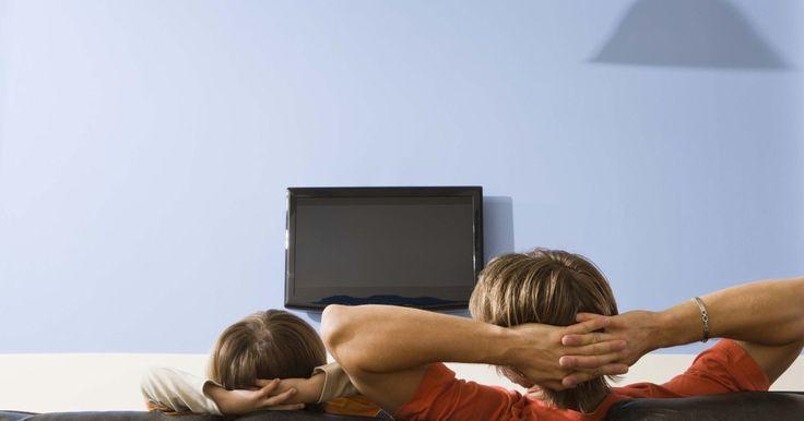"""Como ligar um notebook a uma TV de tela plana. Possuir uma TV de alta definição está se tornando cada vez mais comum. Com a imagem mais nítida e uma tela mais ampla, se parece mais com uma tela de cinema do que apenas uma televisão. A tecnologia que vai para os televisores de """"tela plana"""" (plasma, LCD ou LED) é muito parecida com a dos monitores LCD de computadores desktop. Às vezes, não é ..."""
