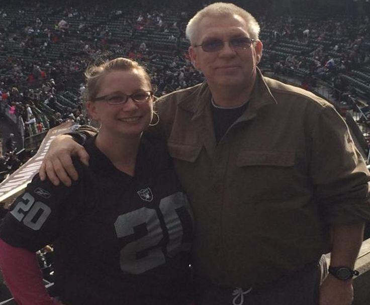 Me gusta mirar al fútbol americano con mi papá.  Él vive muy lejos en Connecticut, pero visita a California a veces.  Cuando él visita nos gusta ir a los partidos de los Raiders.