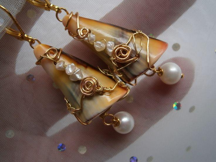 Ohrringe Muschel mit Perlen wirework Schoko orange von kunstpause auf DaWanda.com