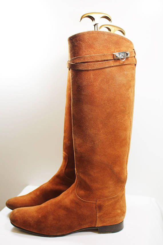 Hermes Boots Hermes brown flat boots with an outside-in suede and an inside and the soles in leather. Materials: Suede, Leather and Metal Condition*: Excellent Size UK: 5.5 Size Euro: 38.5 Size US: 7.5 Size Japan: 24.5 Heel: 2 inches Colours: Tan Brown Origin: Made in Italy *Check
