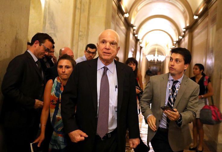 VIDÉO - Trois sénateurs républicains, dont John McCain, ont joint leurs voix à ceux des démocrates pour voter contre un texte prévoyant une abrogation partielle de la loi sur l'assurance maladie dite «Obamacare».