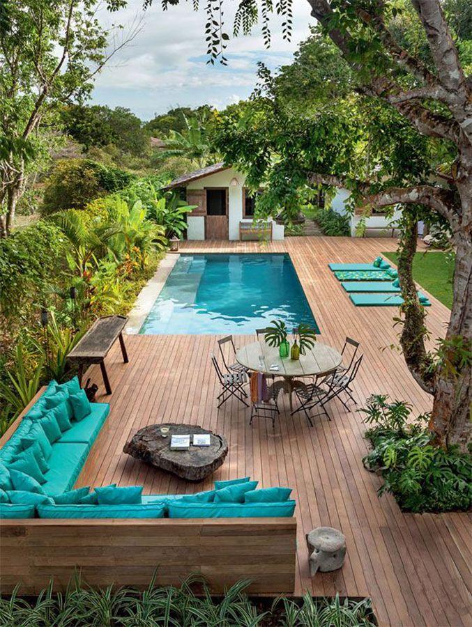 piscina com deck de madeira