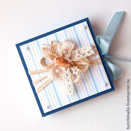 Коробочка для денег `Морская`. Коробочка для денег 'Морская' выполнена из дизайнерской бумаги с эффектом металлик и скрапбумаги в полоску, украшена атласной лентой, кружевом, натуральной рафией, бусинками и настоящей ракушкой.