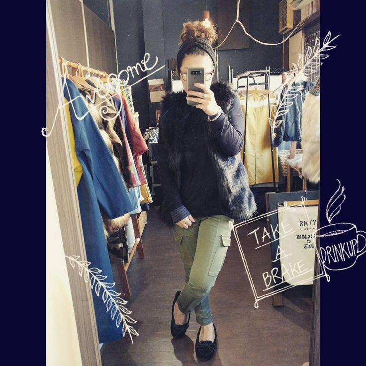 ブラックカラーファーベスト    #ファー #fur #ベスト #vest #コーディネート #coordinate #styles #fashion #outfit #yyms #カーゴパンツ #カジュアル #cajual #大人コーデ #ママコーデ #おしゃれ #ブラック #black