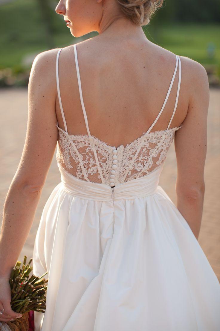 vestido de novia con hermosa espalda con tiritas