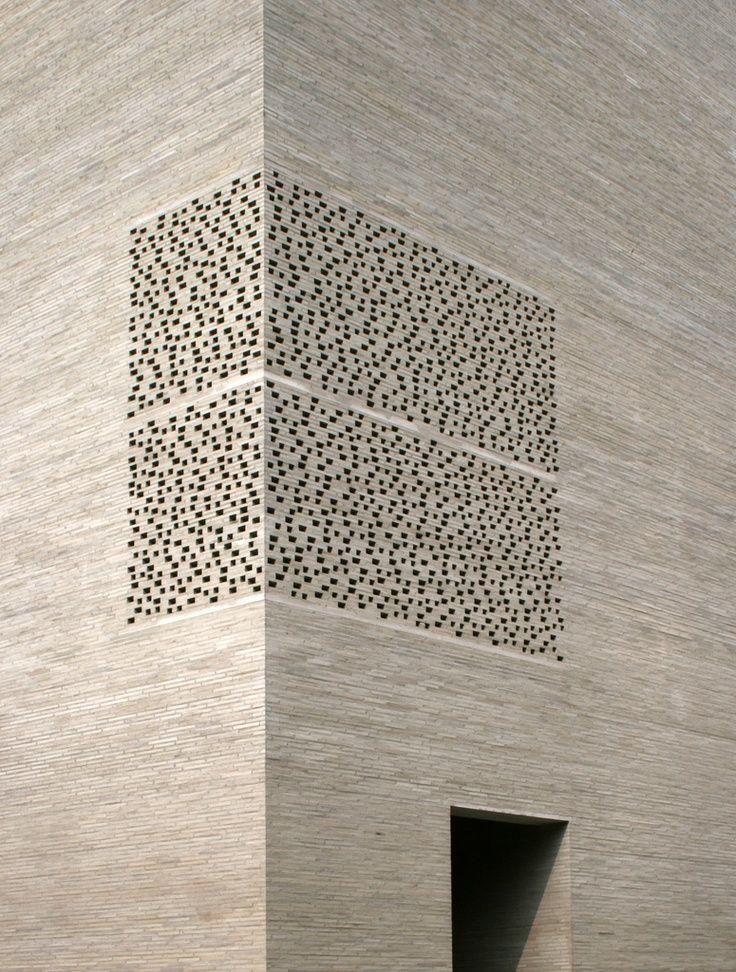 Parede estilo cobogó que se identifica quanto na sua fachada e no seu efeito amplo quando a luz que é revelada dentro do edifício.