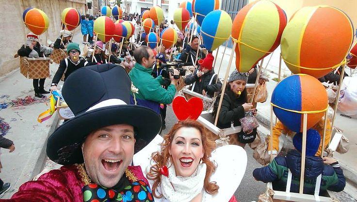 Καρναβάλι στη Σύρο, με πολύ πολύ χρώμα απο την ομάδα του Δημοτικού Σχολείου Άνω Σύρου.... Πέταξαν στα σύννεφα με τα χειροποίητα αερόστατά τους και μας απογείωσαν!  (φωτό Γιώργος Ρούσσος)
