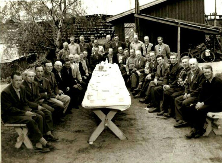 """Akershus fylke Skedsmo kommune Lillestrøm. Arbeiderne ved Televerkets Impregneringsverksted, på folkemunne kalt"""" Negern"""". Ca 1960"""