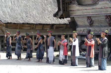 Indonesia memiliki beragam budaya dari para leluhur yang kini masih dilestarikan. Salah satu contohnya adalah suku Batak di desa Jangga. Desa yang masih terjaga keaslian kebudayaannya, desa ini terletak di kota Parapat, Sumatera Utara. Saat berkunjung ke desa Jangga, Anda akan menemukan ciri khas masyarakat suku Batak yang asli dengan disuguhkan budaya Batak yang unik.