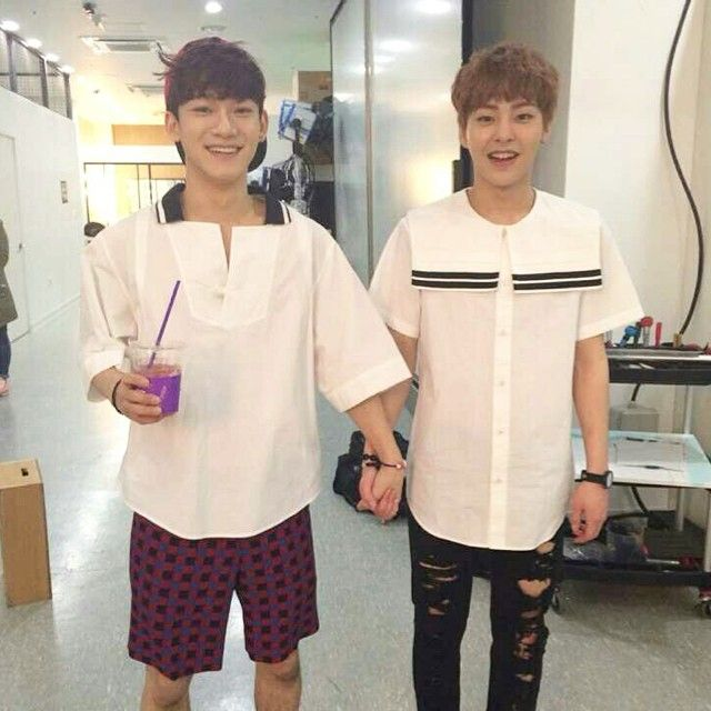 "Xiumin [INSTAGRAM] Update ""첸첸이랑 손잡은날??"" /English translation ""Chen Chen and joined hands with me??"""