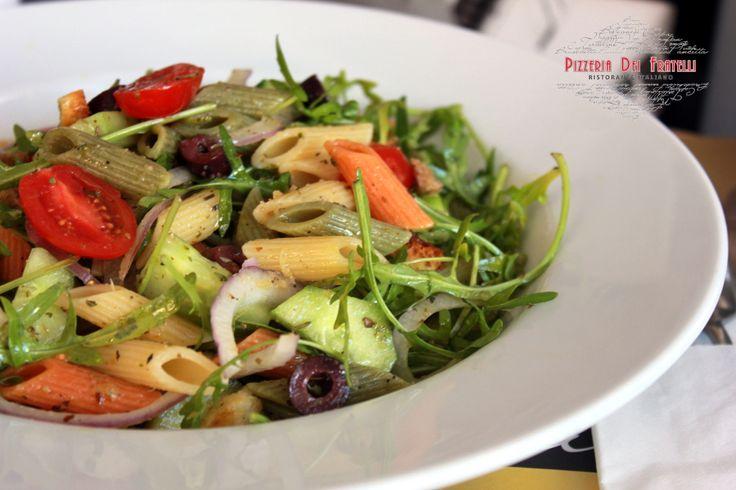 Pasta Salad Siciliana -  penne tricolore, αγγουράκι, ντομάτα, ελιές, ντοματίνια, κρεμμύδι, κρουτόν, baby ρόκα, έξτρα παρθένο ελαιόλαδο με μυρωδικά