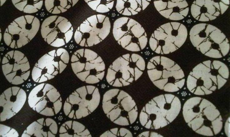 Kawung.  Patrón básico de círculos que se intersectan. Es un diseño muy antiguo que representa la fruta de la palmera de azúcar  batik-kawung.jpg (750×450)