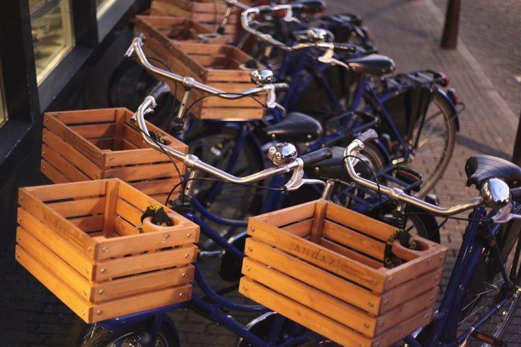 bicyclette velo panier caisse en bois caisses a pommes hotel andaz amsterdam photo moltodeco