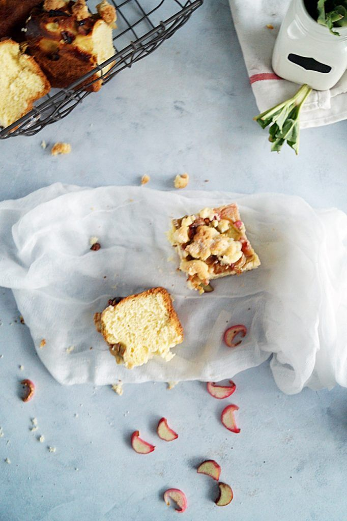 Drożdżowe z rabarbarem ma cudowną kruszonkę i przepyszny, soczysty rabarbar. A to wszystko na lekkim i puszystym cieście drożdżowym.