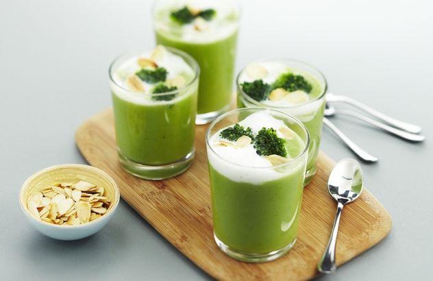 Cappuccino van broccoli met geroosterde amandelen