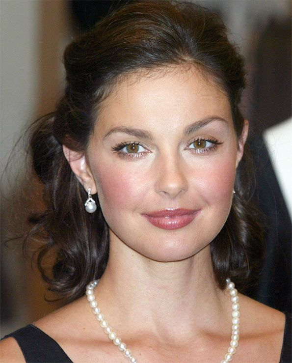 Ashley Judd wearing a single strand of pearls and a pearl drop earrings. Ashley is an American actress and political activist. She grew up in a family of successful performing artists as the daughter of country music singer Naomi Judd and the sister of Wynonna Judd.