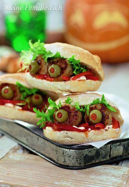 """""""Kleine Monster-Taschen"""" Hallo, wen haben wir denn da? Einen Partysnack mit Hackbällchen-Füllung und Olivenaugen  Rezept: http://www.daskochrezept.de/rezepte/kleine-monster-taschen-hackbaellchen-sandwich_261678.html burdafood.net/Oliver Brachat  #halloween"""