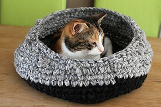 Crochet kitty bed using leftover yarns. Free download.