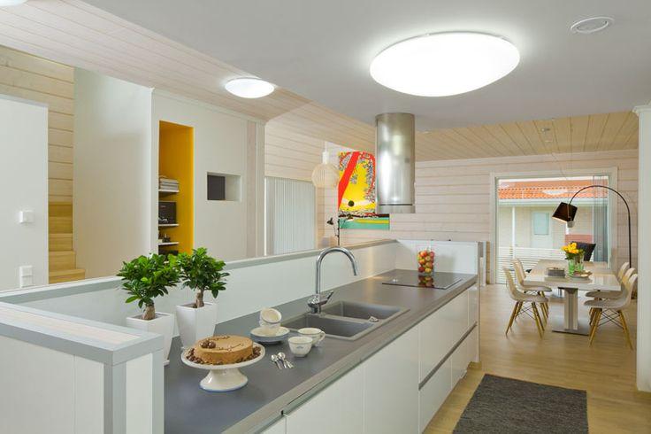 Keittiön kaapit ovat työtason alapuolella, eikä yläkaappeja ole laisinkaan. Keittiökalusteet ovat Puustellista. Pientalo ja piha 5/2015