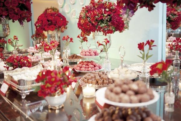 Azul e vermelho na mesa de doces. Que fino!