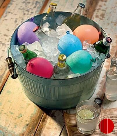 Coloque água nos balões/bexigas e congele. Depois, além de enfeitar baldes de bebidas em festa, as bexigas ainda ajudam a conservar.