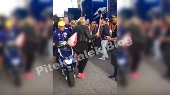 Video Valentino Rossi Tabrak Cewek Selfie dan Akan di Tuntut
