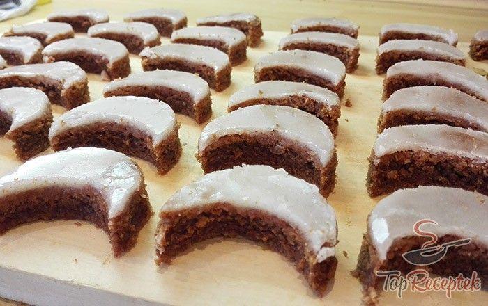 Kiváló karácsonyi sütemény. Puha, édes, finom, a rumos félholdak cukrot öntettel már régóta a kedvenc karácsonyi süteményeink egyike. A recept nagyon egyszerű, bárki el tudja készíteni, és nem lehet belőle eleget készíteni. Igazi karácsonyi finomság.