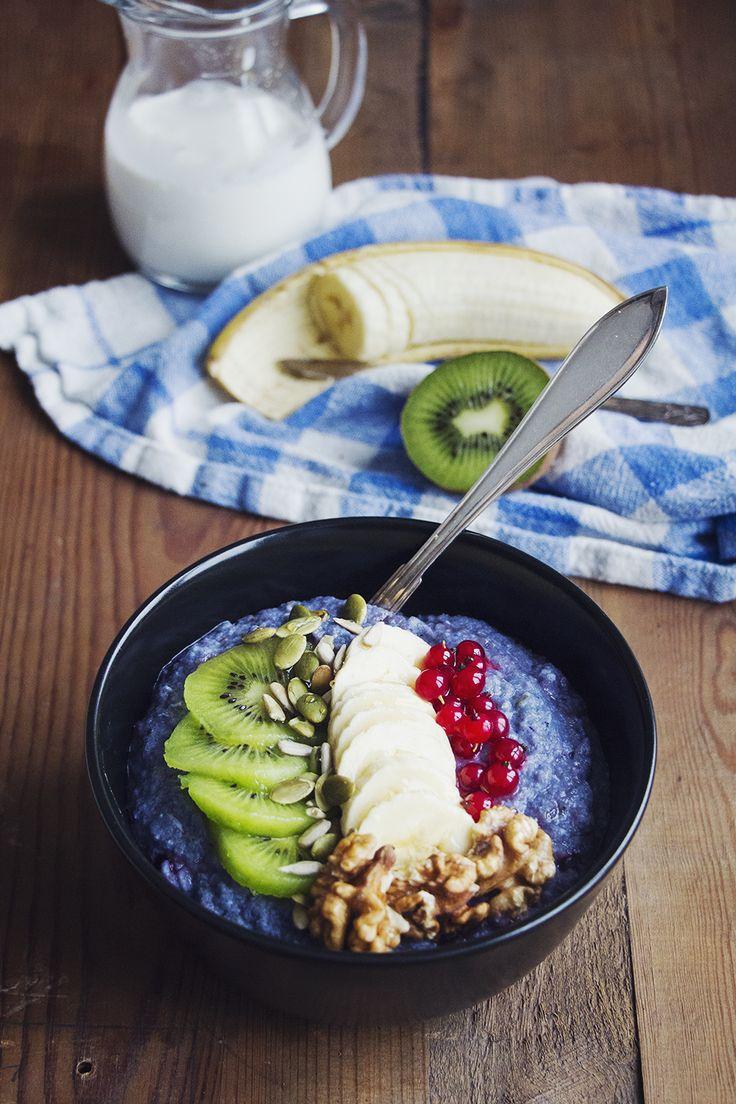 Mättande och proteinrik blåbärsgröt gjord på bovete, toppad...