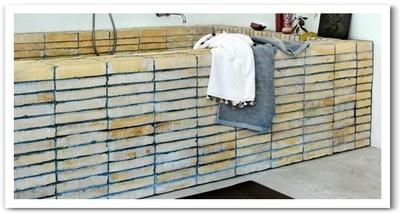 Badekaret er murt opp av murstein rundt et spesiallagd stålkar. Flisene er såkalte Flensborgsten ; flate mursteiner med en høyde på 3-4 cm