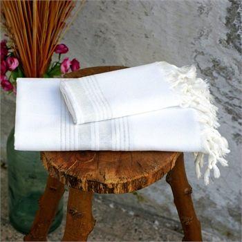Beyaz Peşkir Set                                 - Lüks ve sıcak bir dokunuş için beyazın simli çizgilerle buluşması sonucu ortaya çıkan peşkir set viskon-pamuk ipliği ile ipeksi bir görüntü sağlamaktadır. Ebat: Peştemal 100 x 180 cm Peşkir 45 x 105 cm Renk: Beyaz & Lame Kumaş Türü: % 80 Pamuk % 20 Viskon Paket İçeriği: 1 Peştemal 1 Peşkir Ürün Özelliği: Yüksek su emişi, kolay kuruması, inceliği ve rahat taşıma özellikleri ile Evde, plajda ve seyahatlerinizde kullanabileceğiniz şık bir…