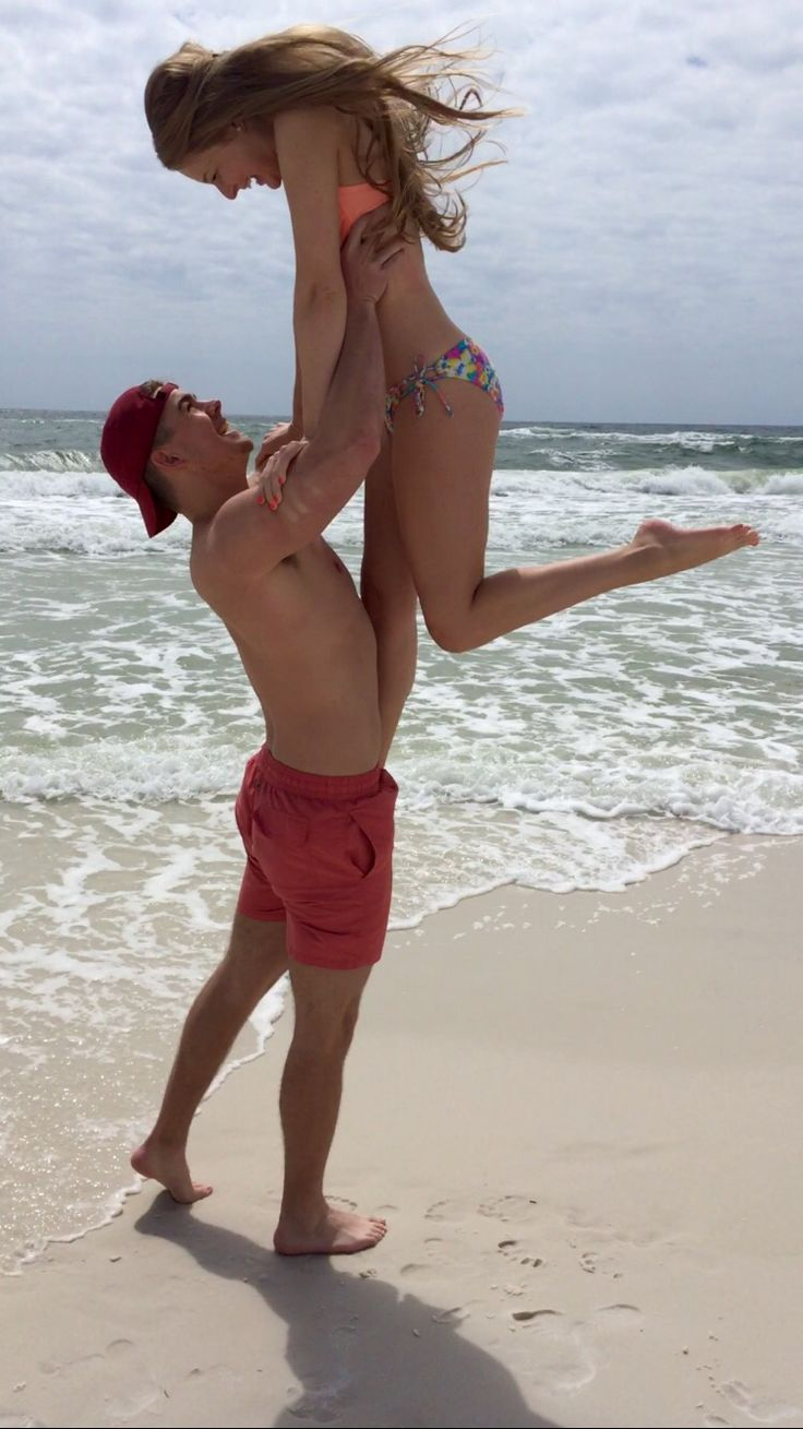 Couples beach pic #beach #love couple pose, Beyoncé lift, couple picture, beach picture, fun beach, cute picture IG: @leahharrison