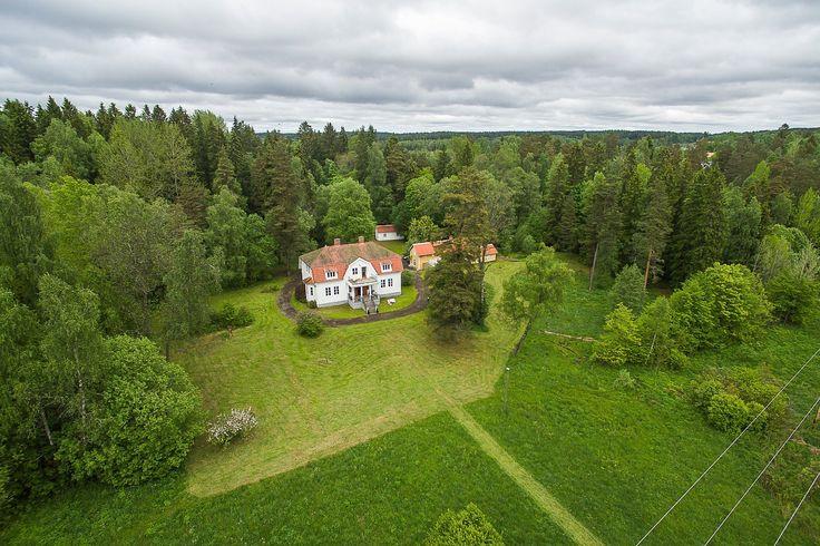 Fastigheten ligger med bra läge endast ca 30 min från Karlstad och ca 1.15 h från norska gränsen via E18 Örje och ca 2,5 h från Oslo. Natursköna omgivningar nära fin badplats och möjlighet för båtplats vid Vänern ca 4 min från fastigheten, Billeruds golfklubb ligger ca 5 min bilfärd bort och också fina jaktmöjligheter i närheten.  Tomtarea 8 698 m² (friköpt). Herrgårdsvillan ligger inbäddad i ...