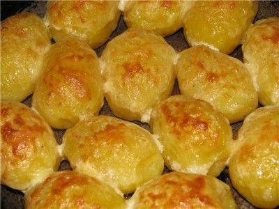 Картофель запеченный со сметаной и сыром.