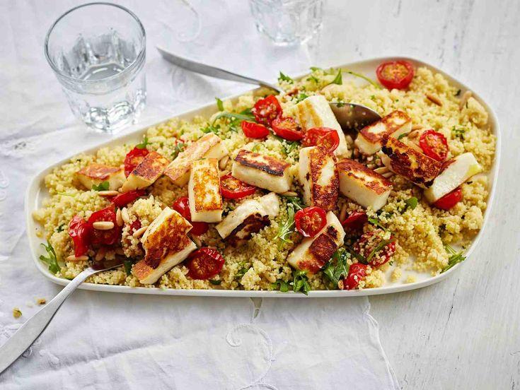 Kevään juhlavaan noutopöytään sopii värikäs tomaatti-couscoussalaatti. Halloumijuusto tuo ruokaisuutta salaatille.