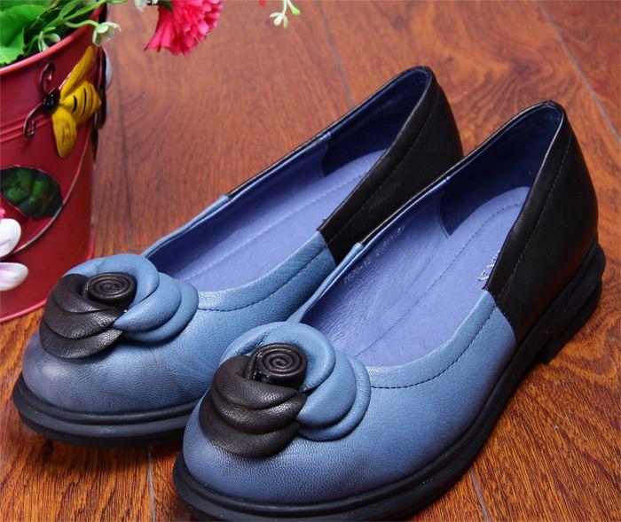 Обувь : Кожаные двухцветные туфли на толстой подошве с квадратным низким каблуком, с розочкой из кожи на носке