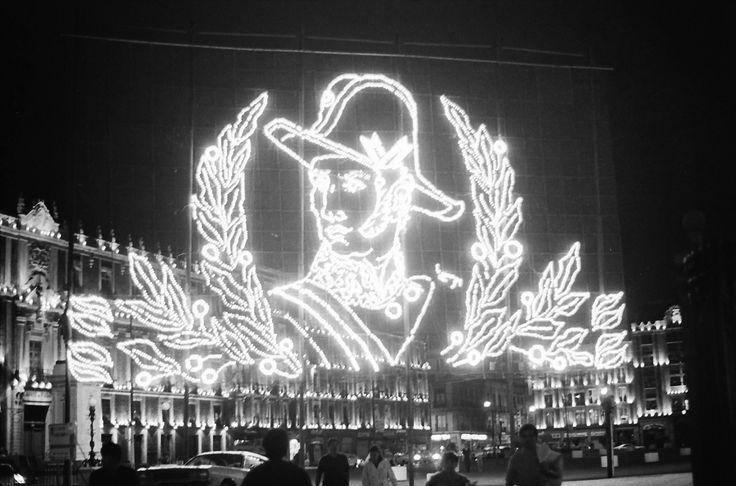 La tradicional iluminación con motivo del mes patrio, en el Zócalo capitalino, en septiembre de 1972.  Por primera vez, este año serán utilizados luces leds en lugar de 44 mil focos incandescentes. A parte del ahorro de energía, la ventaja es que los mosaicos tendrán movimiento, no sólo figuras fijas, como en la magen captada por Daniel Arellano Bonilla.