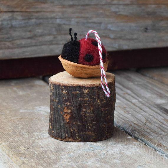 Les coccinelles sont durs travailleurs dans votre jardin, débarrasser les plantes des pucerons embêtants. Il semble juste que de temps en temps ils se reposer dans un berceau de coquille de noix!  Ces ornements sont à peu près 1 pouce de longueur. Chaque coccinelle est feutré avec des taches noires et des antennes de soie noir broderie à l'aiguille. Le berceau de coquille de noix est tendu de rouge et blanc rayés boulangers ficelle. La coccinelle est collé à l'intérieur le berceau de noyer…
