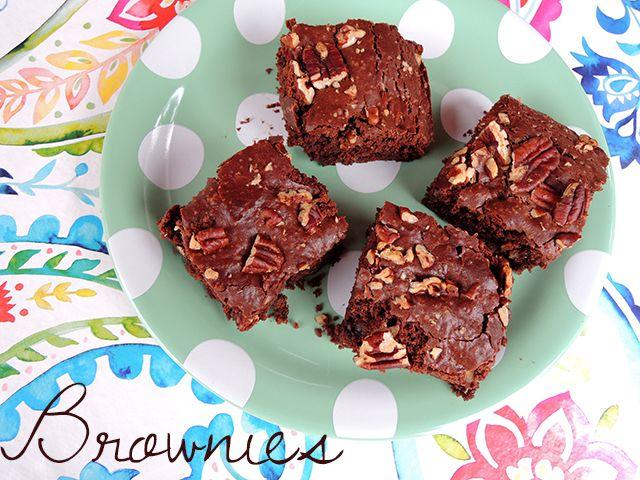 Jamie Oliver tweette een recept voor vegan brownies. Normaal waag ik mij niet zo snel aan zoete gerechten die de oven in moeten, want negen van de tien keer mislukken ze, maar dit recept leek mij b...