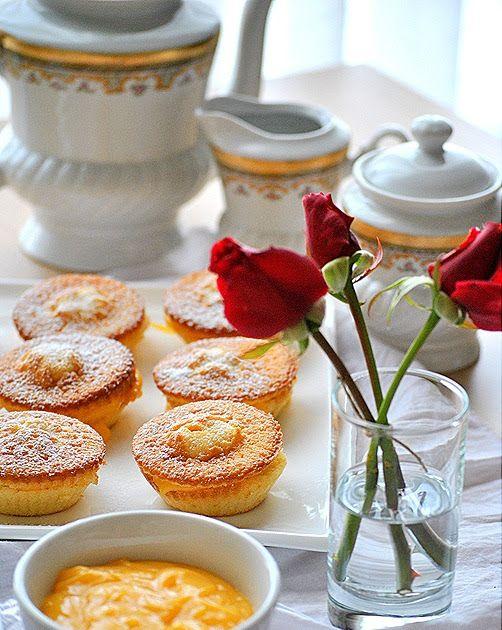 Cupcake  κανείς; Ένα εξαιρετικό γλυκάκι με ανάλαφρη γεύση και υπέροχο άρωμα λεμόνι! Ποιος θα πει όχι σ'αυτόν το γλυκό πειρασμό;     Υλικά  ...