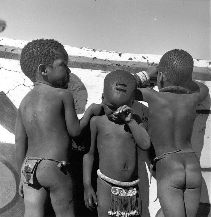 Africa | Ndebele children playing next to a wall. Ndebele settlement near Pretoria, South Africa | ©Constance Stuart Larrabee, 1936 - 1949