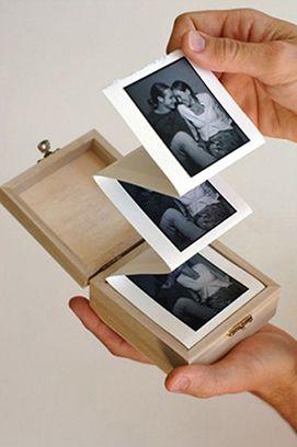 #CaixaDeFotografias Materias: 1 Cartolina Branca 1 Tesoura 1 Caixinha de Madeira (qualquer uma que você tenha em casa) 1 Cola  Fazendo… 1 – Recorte um pedaço da cartolina em formato retangular e dobre formando 4 quadrados. 2 – Revele as fotos e recorte-as um pouco menores do que o quadrado, fazendo assim uma moldura em volta das fotografias. 3 – Cole-as e dobre-as para caber dentro da caixa!