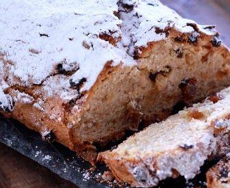 Štóla je druh pečeného vánočního moučníku. Uvnitř je zapečené například sušené ovoce a ořechy a z vrchu je štóla posypaná moučkovým cukrem. Zkuste její zdravější variantu.