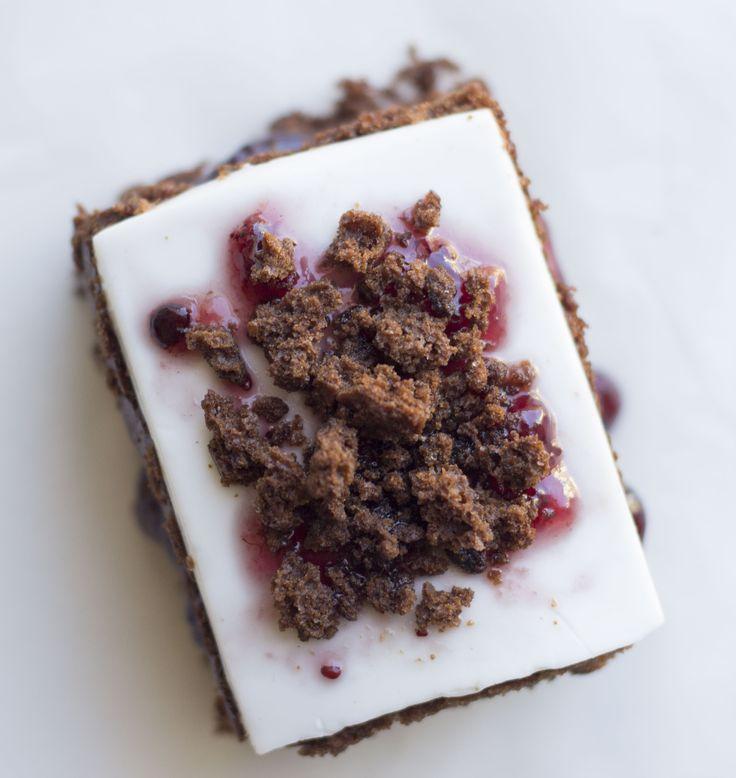 dessert alla carruba con gelatina al cocco e confettura di frutti di bosco