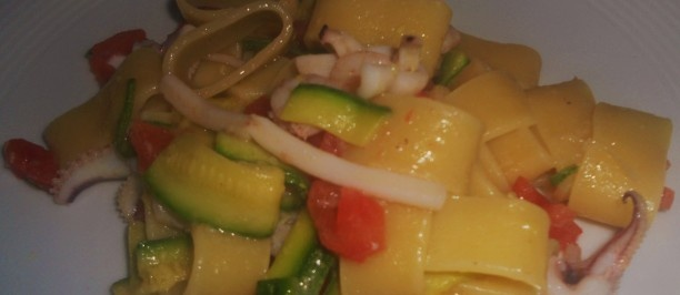 Anelli con calamari e zucchine  Ingredienti  320 grammi di pasta formato anelli 250 grammi di calamari puliti freschissimi 200 grammi di zucchine chiare 1 pomodoro maturo1 spicchio d'aglio olio extravergine d'oliva sale