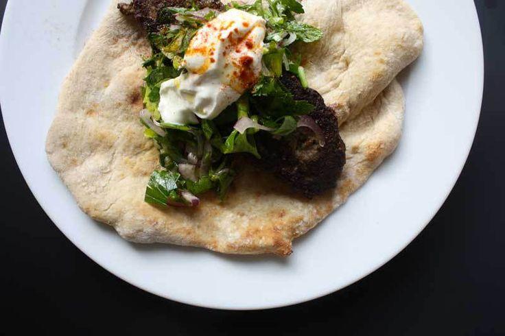 Keftedes – Græske lammespid med persillesalat og flade brød