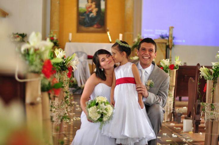 esposos e iglesia decorada