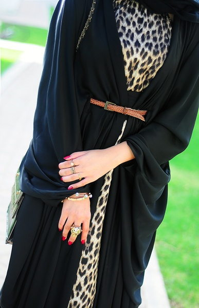 Leopard accent under this classy belted abaya