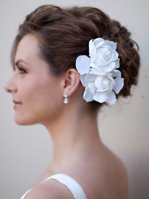 Idea per un'acconciatura sposa simply chic, acconciatura sposa raccolta con fiori bianchi. Guarda altre immagini di acconciature sposa: http://www.matrimonio.it/collezioni/acconciatura/2__cat