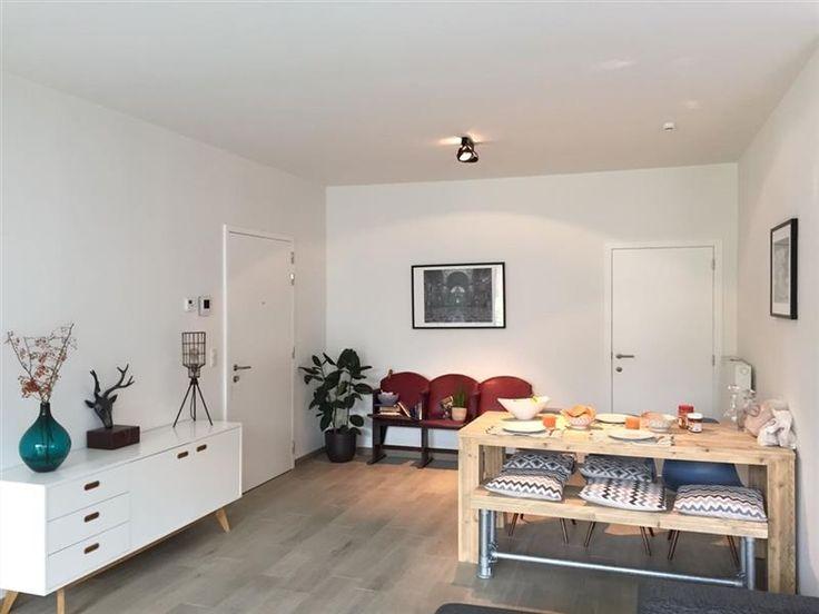 Nieuwbouw app 2 slpk met zuid terras - 950€ - Edward Pecherstraat 46 - 108, 2000 ANTWERPEN - Nieuwbouw 2 slaapkamer appartement gelegen op 't Zuid.  Ingedeeld als volgt: Inkom met veiligheidsdeur, ruime living/eetkamer met leefkeuken en toegang tot een groot zuid gericht terras met zicht op de tuin (achterzijde), aparte berging, gastentoilet, badkamer met ligbad/douche, wastafel en meubel, 2 slaapkamers.  Parking à 100 euro (erbij te huren).    Provisiekosten: 70 euro/maand - Alle…